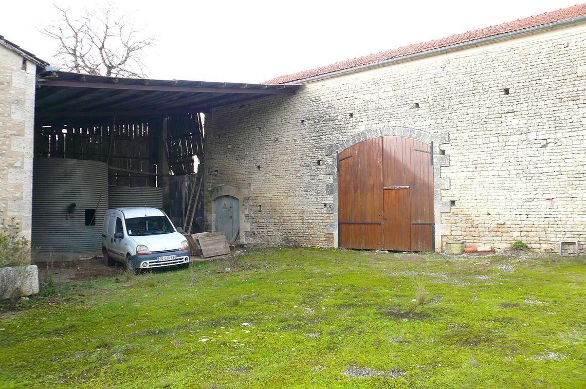 Grange avec cour fermée exposée sud