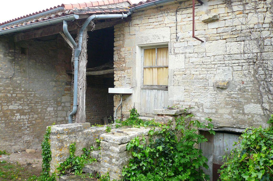 Maison de village en pierre avec jardin