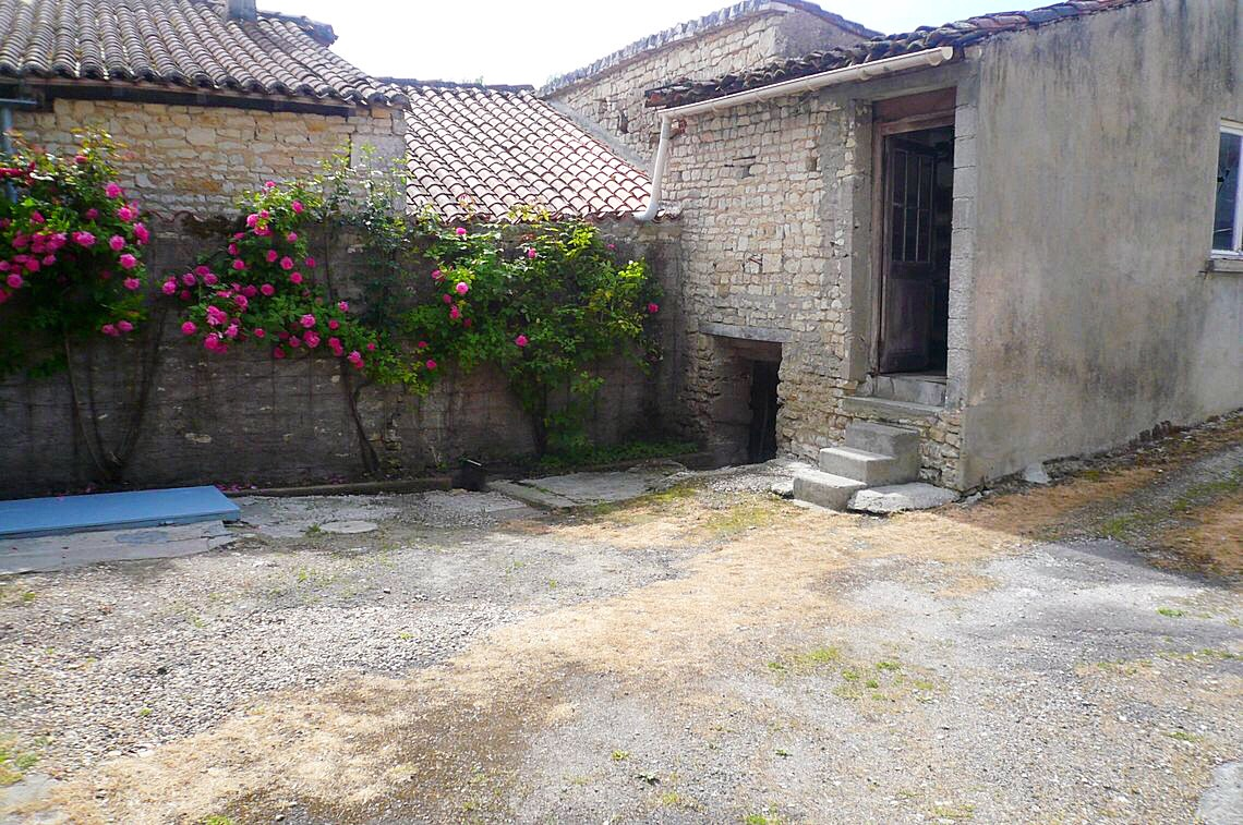 Maison en pierre proche du bourg avec dépendances