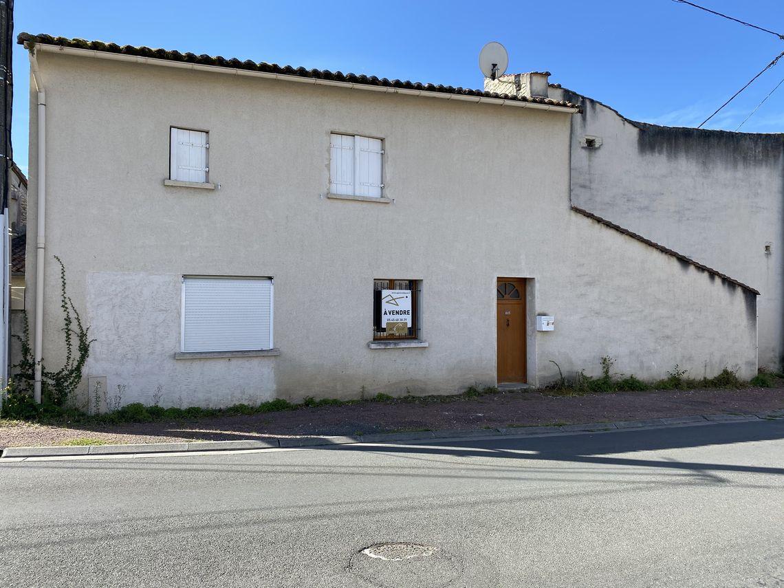 Emplacement intéressant pour cette maison de village avec garage !