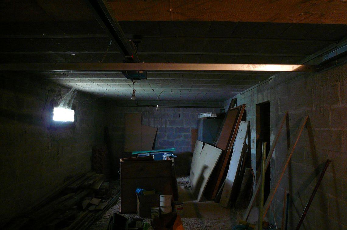 Maison sur sous-sol semi enterré des années 80