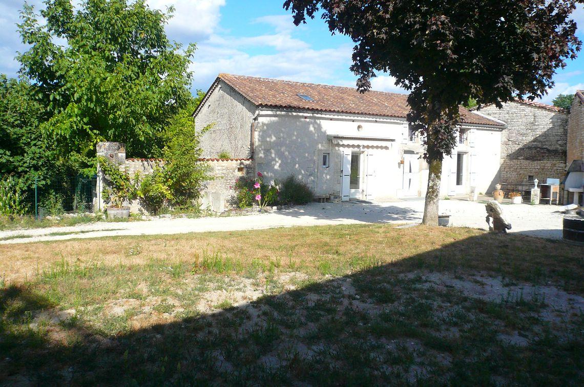 Maison avec jardin située dans un village paisible