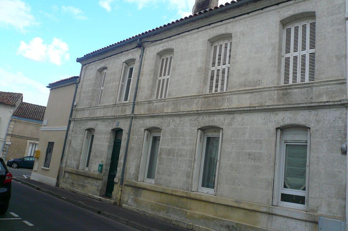 Maison de ville en pierre avec cour fermée