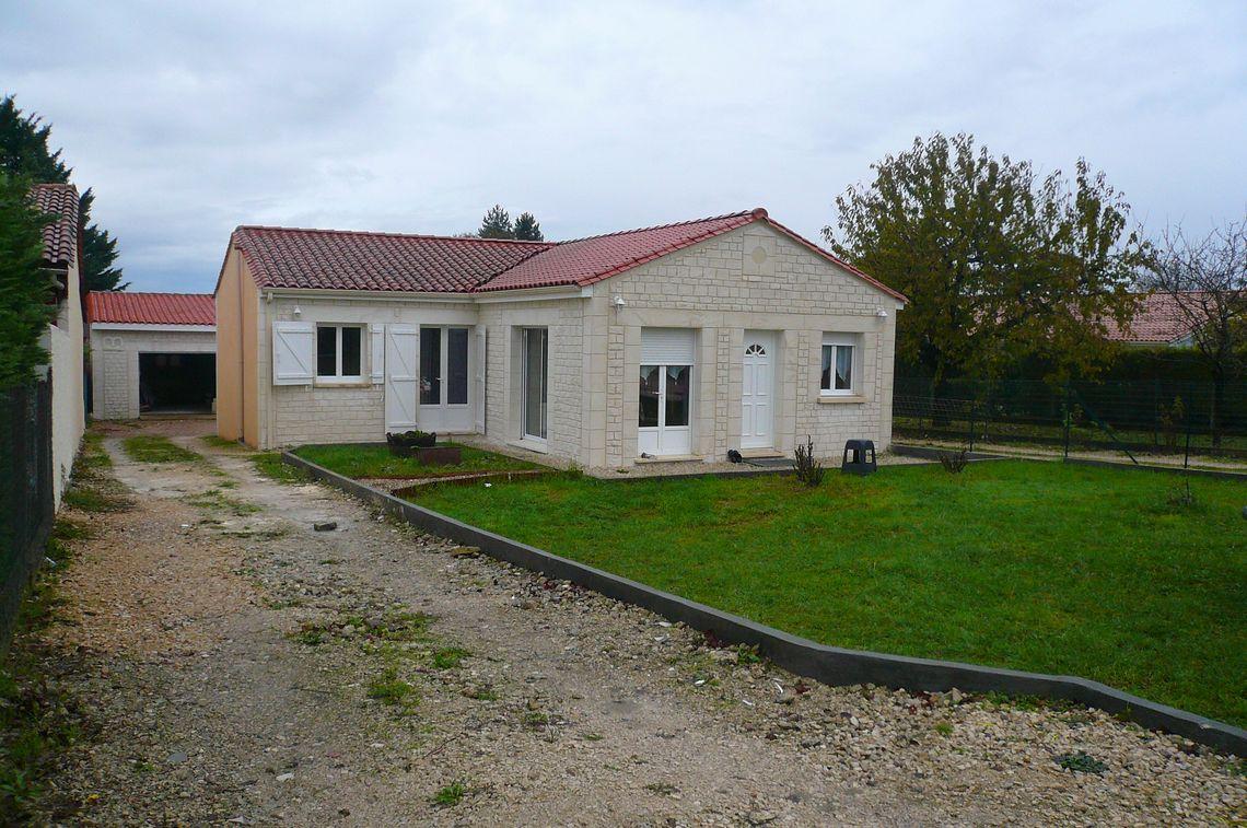 Maison de plain-pied avec jardin et garage