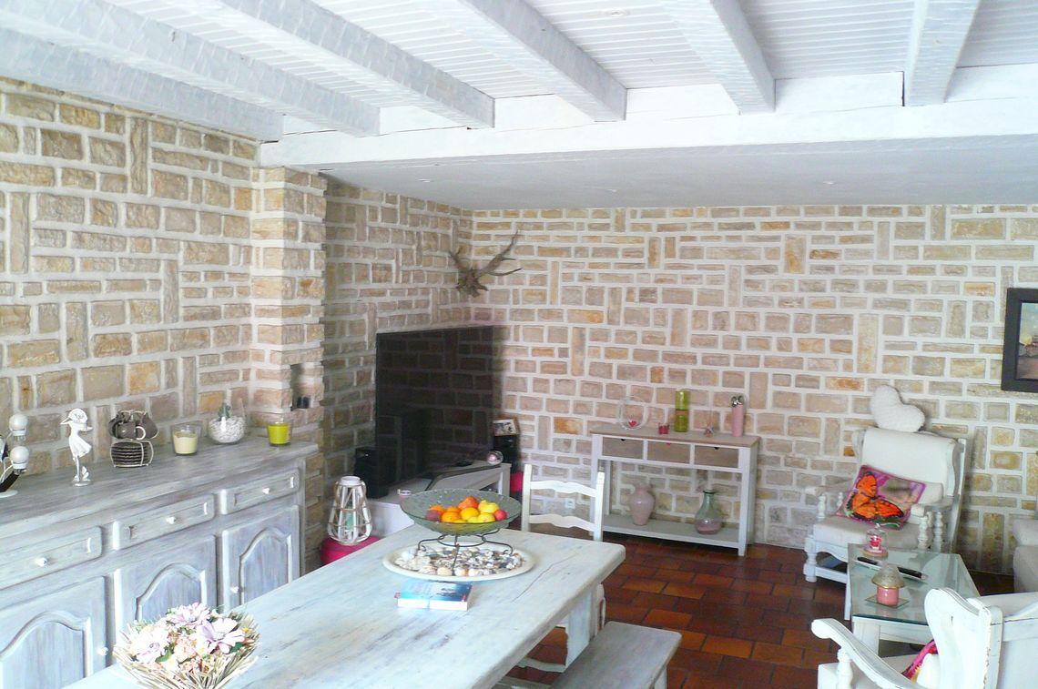 Maison en pierre avec cour et terrasse