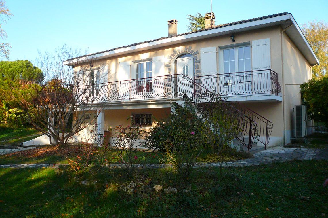 Maison avec jardin située dans un quartier calme et pavillonnaire