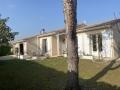 Extérieur et situation de cette maison de plain-pied avec piscine