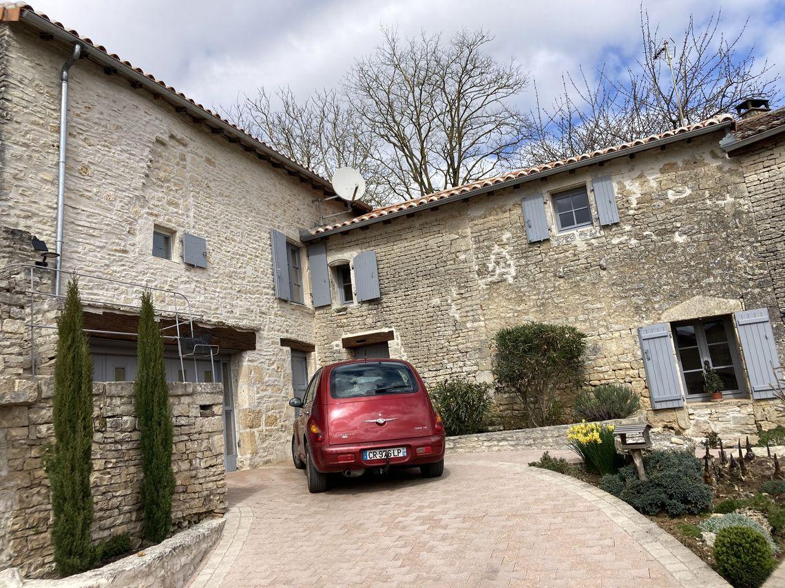 Grande maison en pierre, pleine de caractère et de conception unique et atypique !