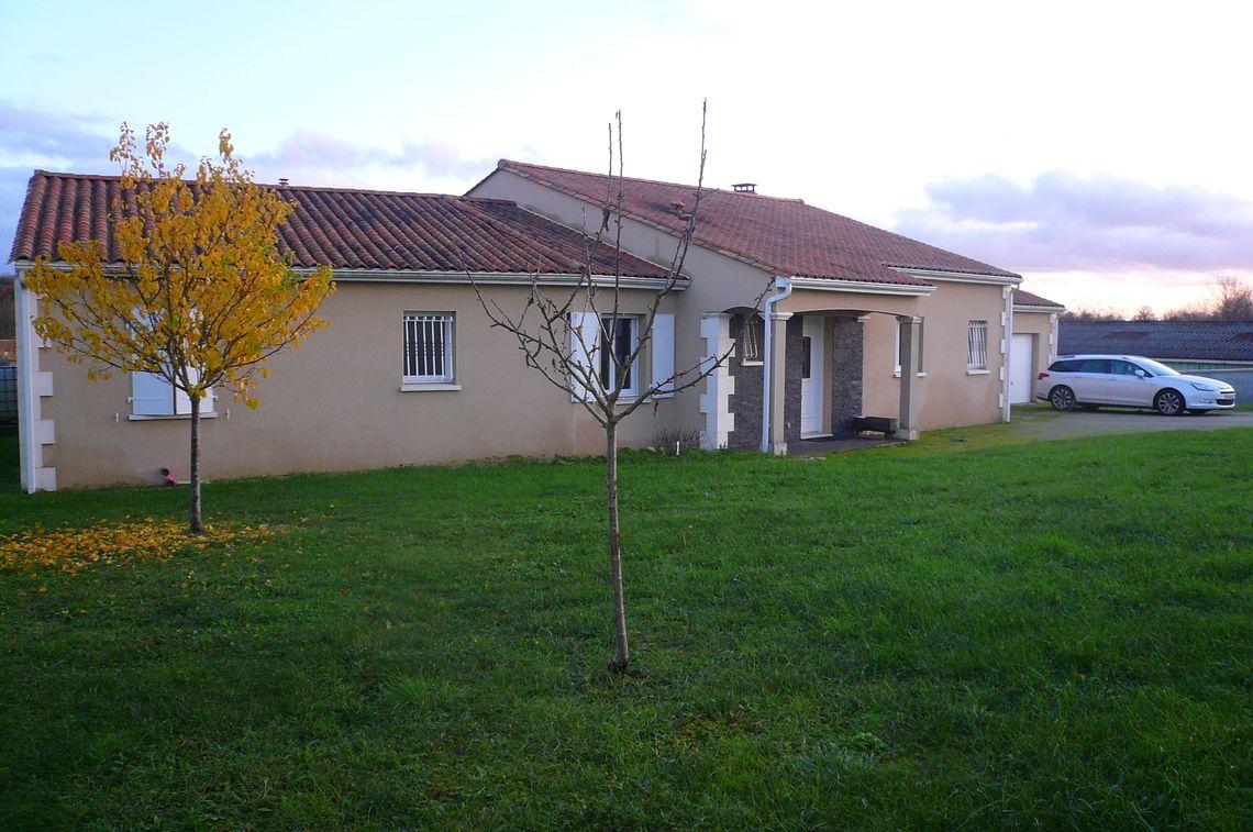 Maison contemporaine avec jardin bien située