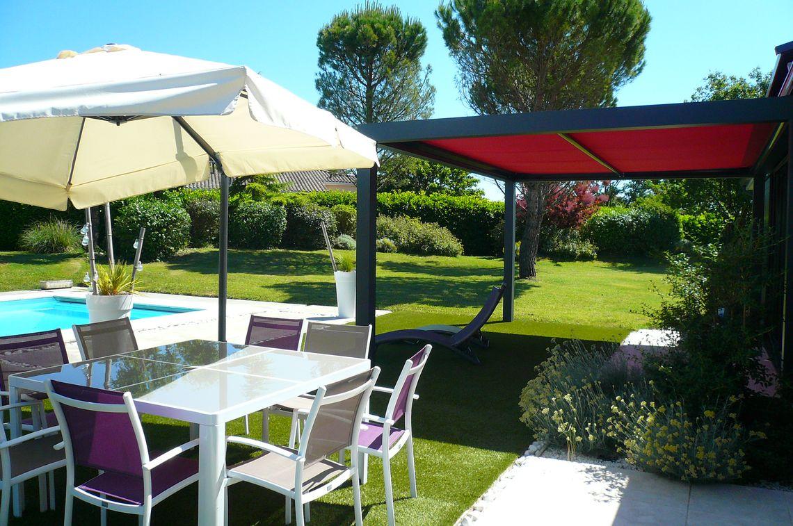 Jardin et piscine de cette maison contemporaine