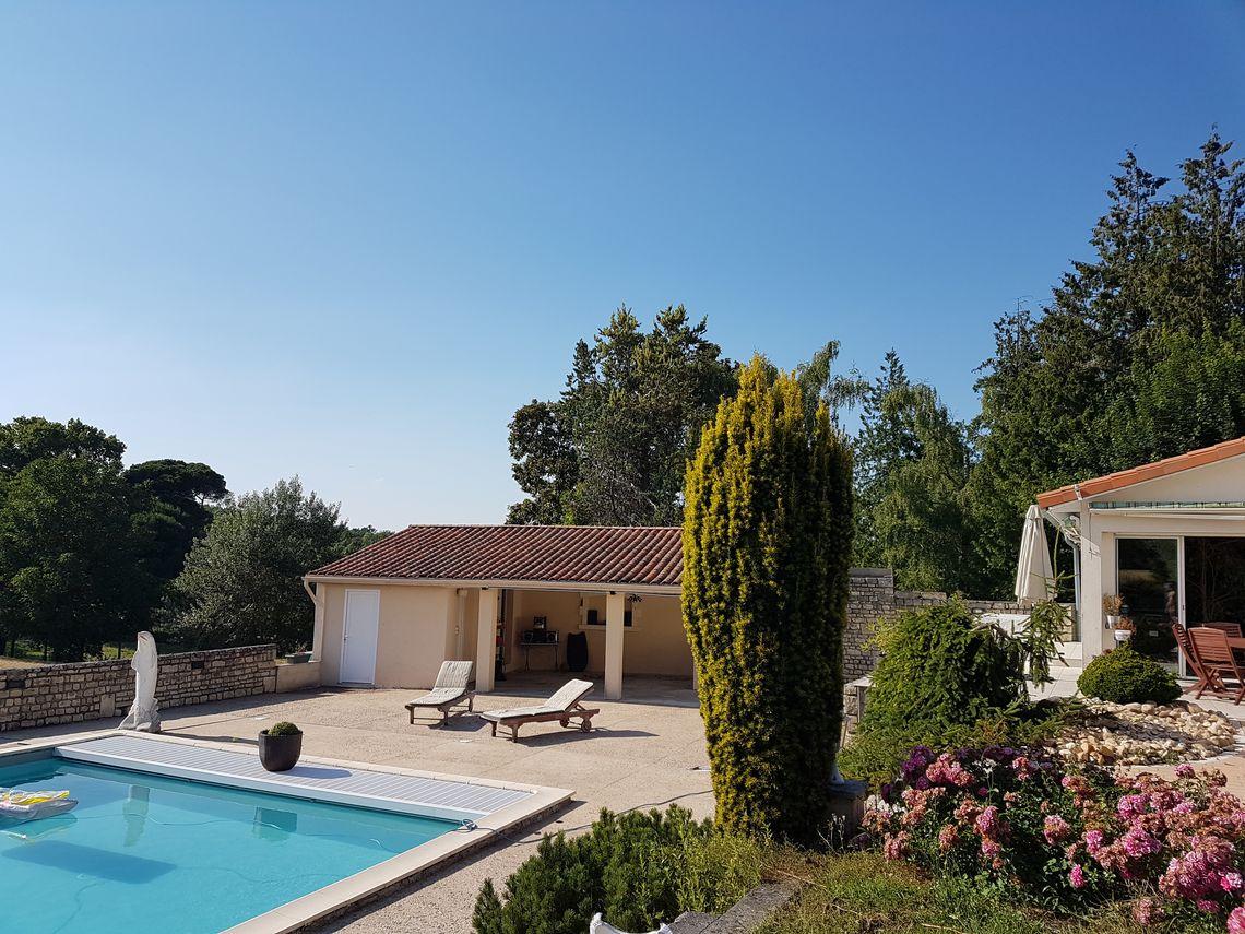 Maison avec parc, piscine et dépendances en Charente